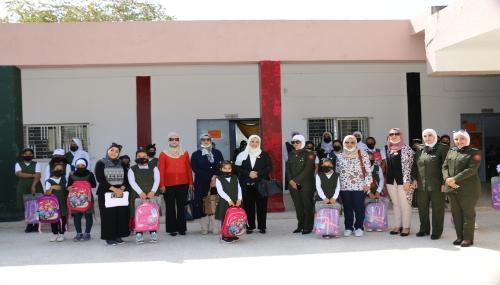 وزّع نادي سيدات سلاح الجو الملكي عدد من الحقائب المدرسية في مدرسة الحسين الأساسية للبنات التابعة لمديرية الثقافة العسكرية