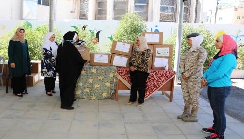 نادي سيدات سلاح الجو الملكي يتبرع بطرود خيرية لمدرسة ام ياسر الانصارية الاساسية المختلطة
