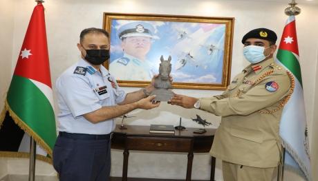 الملحق العسكري الباكستاني يزور قيادة سلاح الجو الملكي