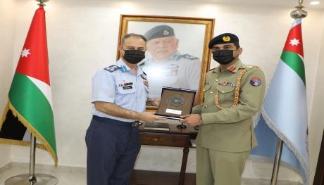 الملحق الدفاعي الباكستاني يزور قيادة سلاح الجو الملكي