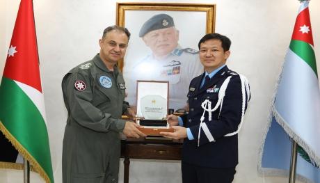 الملحق العسكري الكوري يزور قيادة سلاح الجو الملكي