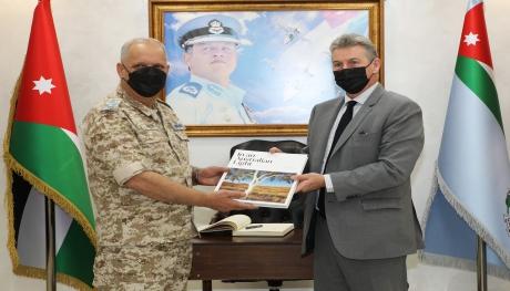 السفير الأسترالي يزور قيادة سلاح الجو الملكي