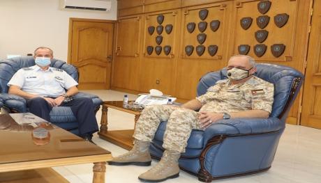 الملحق العسكري اليوناني يزور قيادة سلاح الجو الملكي