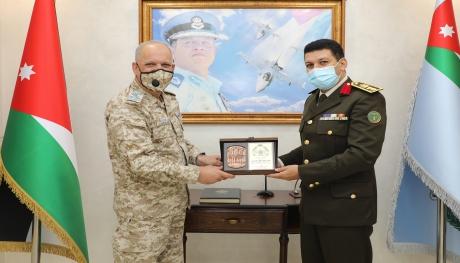 الملحق العسكري المصري يزور قيادة سلاح الجو الملكي