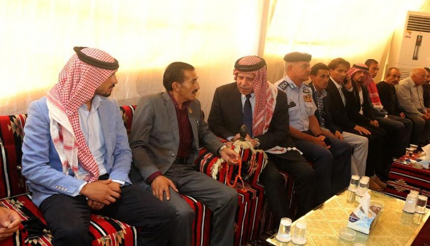 مندوباً عن الملك الأمير فيصل يقدم واجب العزاء لأسرة وذوي الشهيد الطيار أحمد الخوالدة