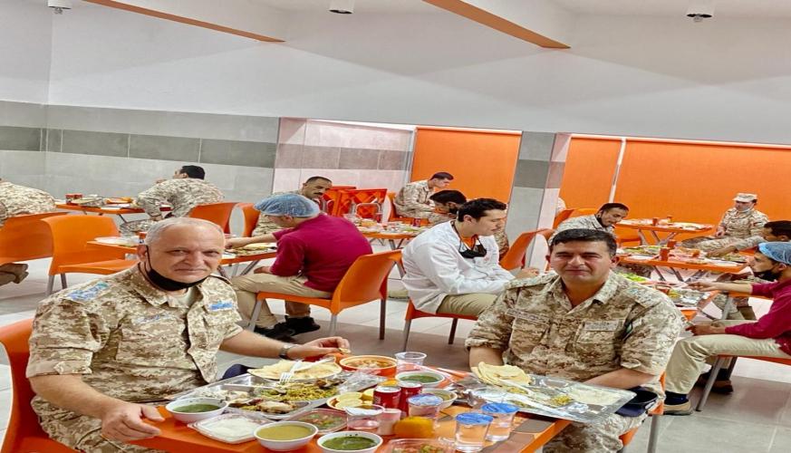 قائد سلاح الجو الملكي يشارك مرتباته طعام الإفطار