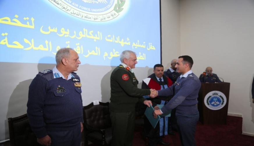 رئيس هيئة الأركان المشتركة يرعى حفل تسليم شهادات خريجي كلية سلاح الجو الملكي الجامعية