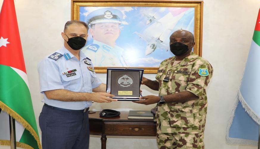 وفد عسكري نيجيري يزور قيادة سلاح الجو الملكي
