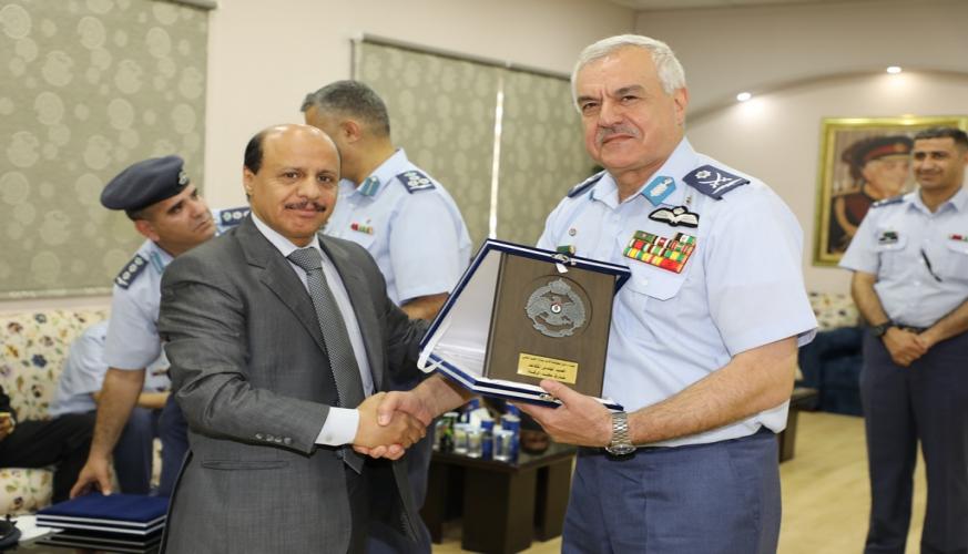 قائد سلاح الجو الملكي يكرم عدد من المتقاعدين العسكريين من كلية الامير فيصل الفنية
