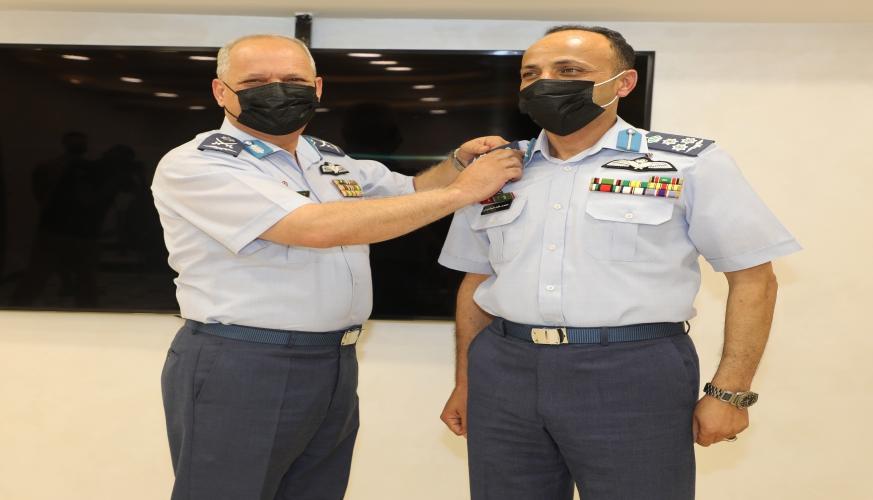 قائد سلاح الجو الملكي اللواء الركن الطيار زيد علي النقرش يقلد الرتب الجديدة لعدد من كبار ضباط السلاح.
