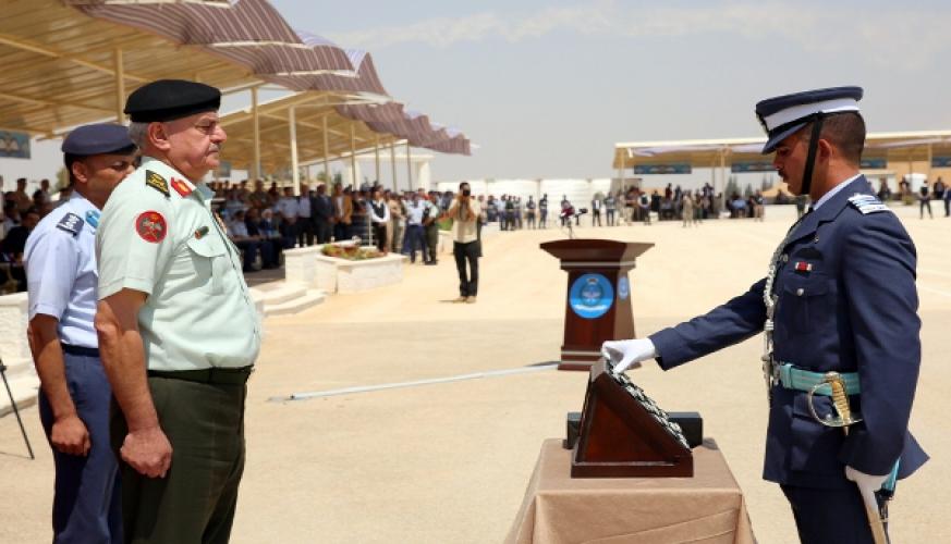 مندوباً عن جلالة الملك رئيس هيئة الأركان المشتركة يرعى حفل تخريج دورة مرشحي الطيران/49